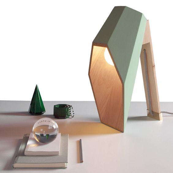 En avant-première, l'une des nouveautés de l'éditeur Seletti, lampe Woodspot du designer Alessandro Zambelli // #décoration #éco-responsable