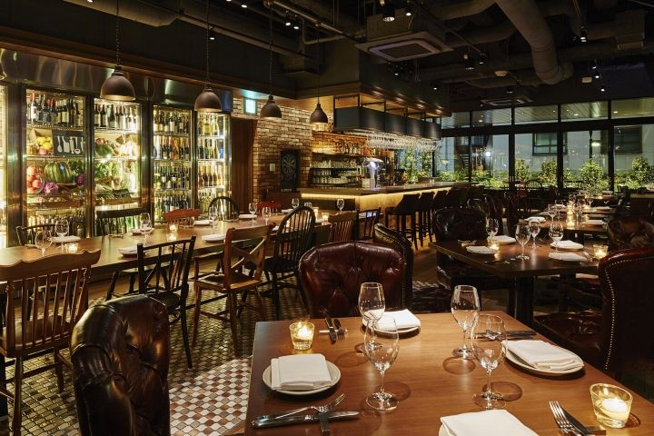 Посмотрите на дизайн итальянского ресторана в Токио который сразу же при входе покоряет гостеприимством, уютом, теплотой красок и материалов.Кирпичная кладка, классическая деревянная мебель