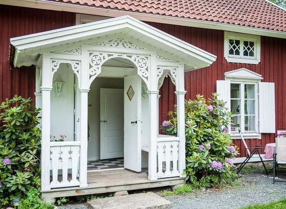 Farstu, förstu, förstukvist, förstuga, farstubro. Det välkomnande lilla utrymmet framför husets ytterdörr kan bli sommarens mysigaste plats. Här är 12 Pinterestbilder på entréer med lantlig charm.
