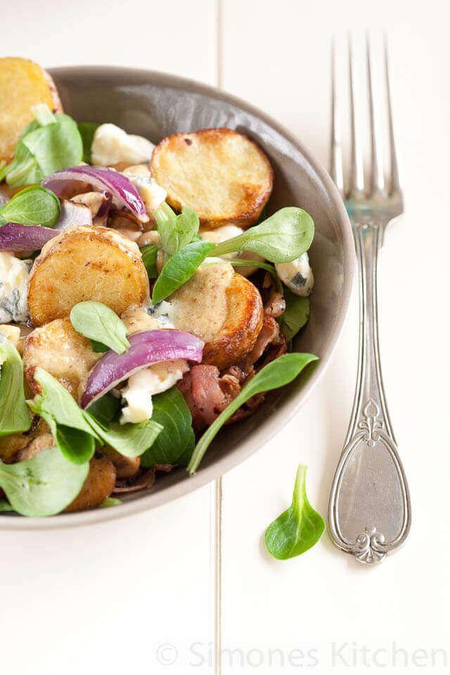 Een makkelijke en lekkere aardappelsalade voor de koude maanden met geroosterde aardappelen en blauwe kaas