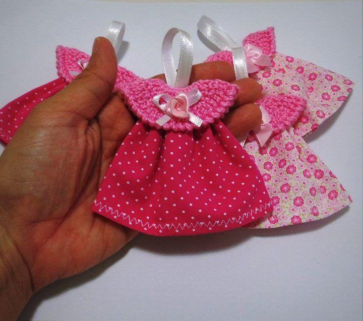 Lembrancinha linda para o seu chá de bebê ou lembrancinha de maternidade! É um mini vestidinho (bata) para chaveiro ou imã de geladeira!