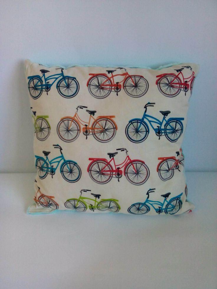 Poduszka kolorowe rowery na turkusowym minky.  Wymiary: ok 34x34cm.  Ręcznie wykonane.  Materiał strona kolorowa: 100% bawełna organiczna.  Materiał strona minky: 100% poliester