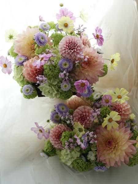 ご両親への花束贈呈として かごに挿した花のアレンジメント : 一会 ウエディングの花