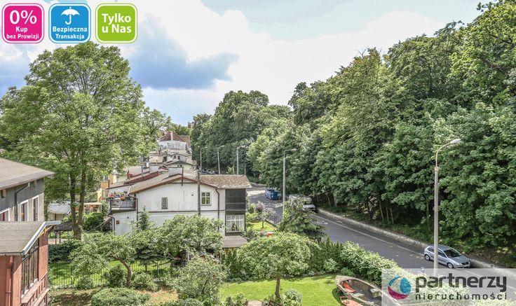 Mieszkanie znajduje się w cichej i spokojnej uliczce która znajduje się w samym centrum Sopotu. Około 3-5 minut na pieszo do słynnego Monciaka, około 10 minut do plaży i na Dworzec Główny. Całe zaplecze handlowo-usługowe w zasięgu kilku minut pieszo od nieruchomości. Kamienica otoczona jest pasem zieleni.
