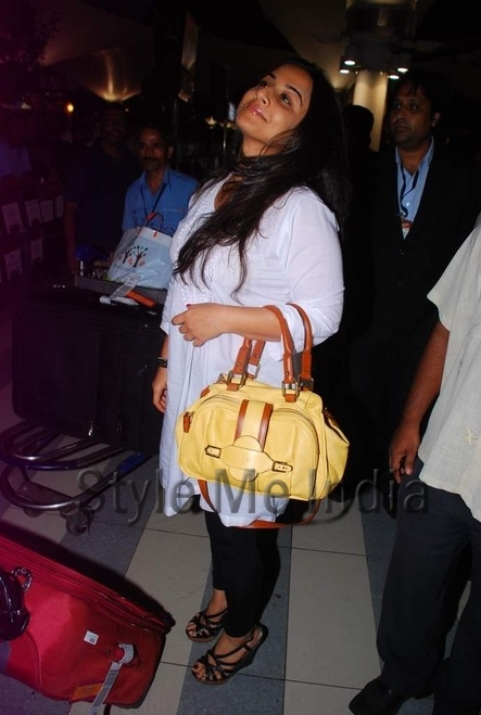 Vidya Balan spotted at airport back from IIFA 2012 Singapore http://shar.es/snV77