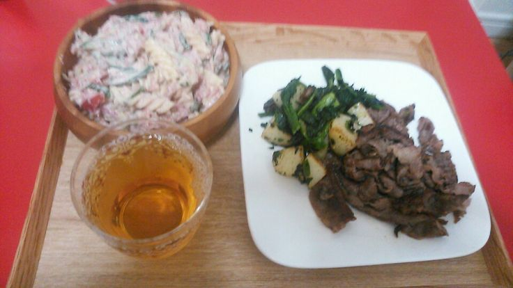 牛肉の炒めものほうれん草とジャガイモソテー コンビーフときゅうりのパスタサラダ