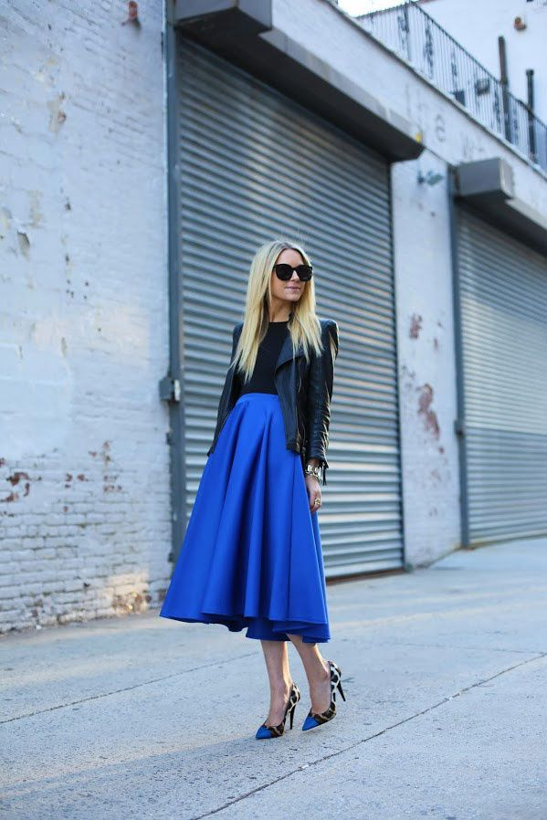 Las musas del street style nos inspiran a llevar la maxi falda en A En azul cobalto y con un poco de piel, como la bloggera Blair Eadie, de ...