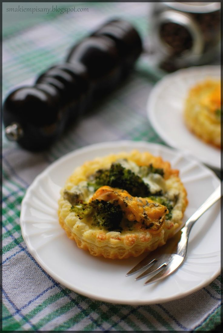 Tartaletki na cieście francuskim z brokułami i serem pleśniowym by Smakiempisany