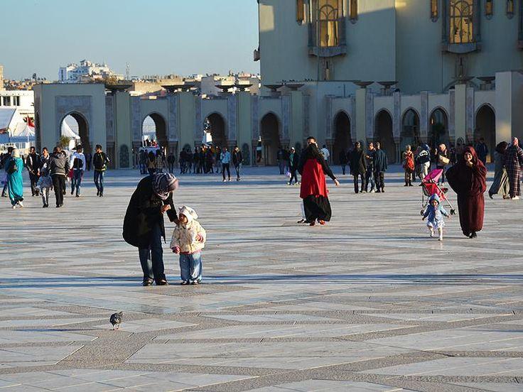 Марокко, Касабланка. Площадь перед мечетью Хасана П