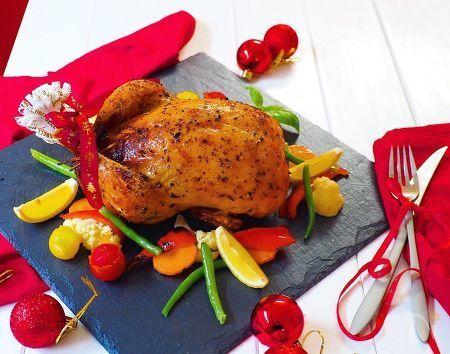 クリスマスにはやっぱりローストチキン‼️    丸鶏で作ると、  華やかな、メイン料理になりますね!    お腹の中には、チキンライス!  鶏の旨味たっぷりの美味しいチキンライスになります。    子供たちも大好きな、我が家のクリスマス定番メニューです。