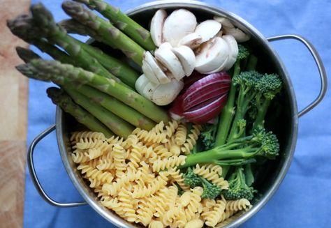 Dit recept voor een heerlijke one pot pasta is ontzettend makkelijk om te maken en jij hoeft bijna niks te doen. Hang lekker achterover, schenk een glas wijn in en kijk toe hoe dit eenpansgerecht zichzelf gaar maakt.