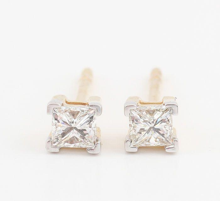 14kt gold diamond oorbellen totaal 0.34 ct. Afmetingen: 14 x 39 x 3.9 mm 'Brand New'  14kt diamantoorringen totaal 0.34 ct.14kt geel en witgoud gestempeld.Oorbellen versierd met 2 prinses-cut diamonds totale 0.34 ct.Kleur: Top Wesselton-Wesselton (G-H).Duidelijkheid; SI1-SI2.Sterke schittering.Totaal gewicht: 1.20 gr.Afmetingen: 14 x 39 x 3.9 mm.Object wil verzenden in juwelendoosje en met verzekerde vervoer.418-jae08300.  EUR 3.00  Meer informatie