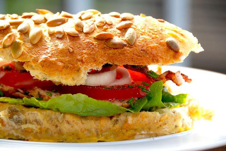 Lækker hjemmelavet sandwich med kylling og karry, der får selskab af bacon og friskklippet purløg. Foto: Guffeliguf.dk.