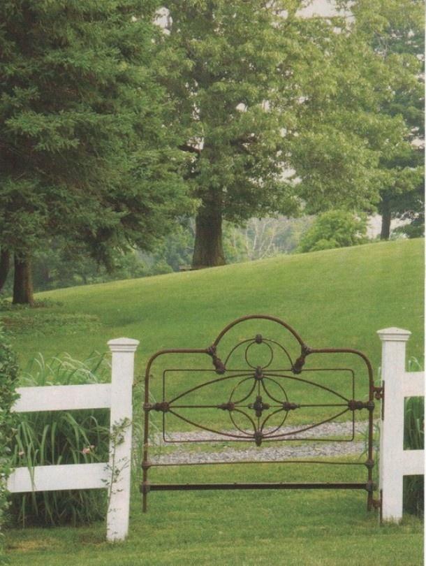 Tuin | Oud ijzeren bedhoofd als tuinhek. Door edens