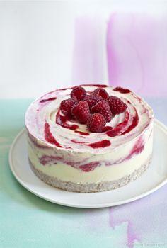 Recette de cheesecake glacé à la rose et aux framboises.
