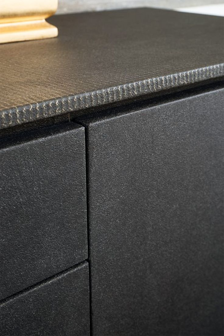 Domina Sideboard – Xensum Grafite detail. Del Bello Collection. Surface perimeter Xensum Rete Metallo, front Xensum Unito. Brass or copper insert hand brushed. Base in hand coated metal.