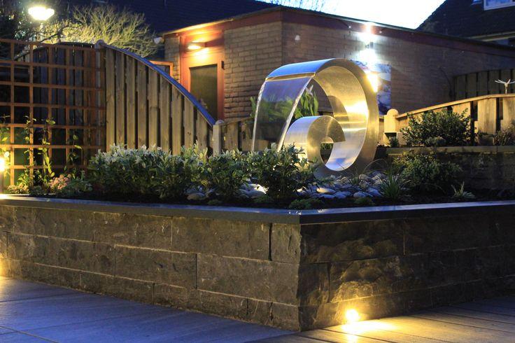 Waterornament.  Verlichting geeft sfeer aan de tuin. www.hoveniervandermeer.nl