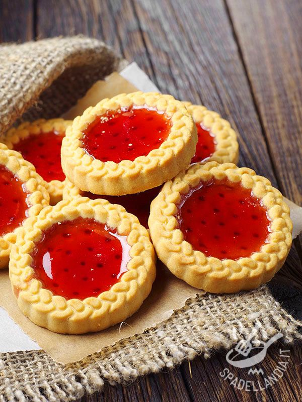 Le Coroncine alla gelatina di fragole sono squisitezze al fresco sapore di fragola tutte da mordere. Da regalarsi o regalare!