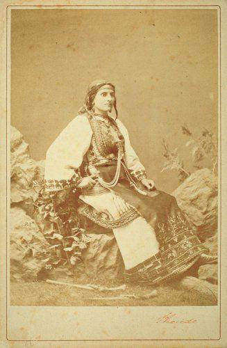 Πορτρέτο γυναίκας με παραδοσιακή ενδυμασία Αράχοβας. Αθήνα, γύρω στα 1880 Πέτρος Μωραΐτης