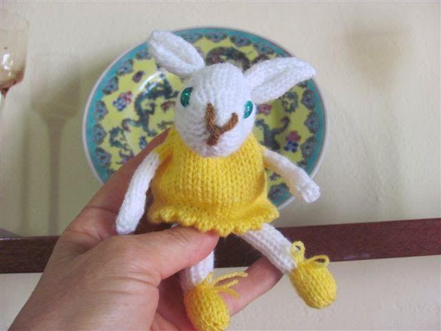 Amigurumis Conejos Paso A Paso : Patrón lucio el conejo amigurumi corriendo con tijeras