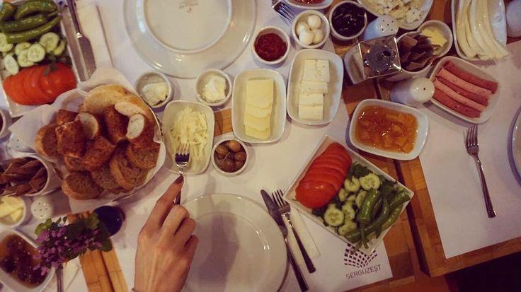 Bizim kahvaltı favorimiz taze domates salatalık ve çeşit çeşit peynir. Sizinki ne? #serguzestotel #serguzest #buyukada #büyükada #tatilkafasi #adakafasi #cokgezenlerkulubu #smallhotelsofturkey #huffingposttravel #istanbul #travelgram #kucukotellerkitabi #instatravel #hurriyetseyahat #seyahat #travelling #letsgoeverywhere #heryeregidelim #princesislands #princesislands #travellog #butikotel #boutiquehotel #kacmaklazim #denemenlazim