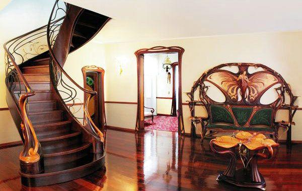 Дизайн холла из дерева в стиле модерн