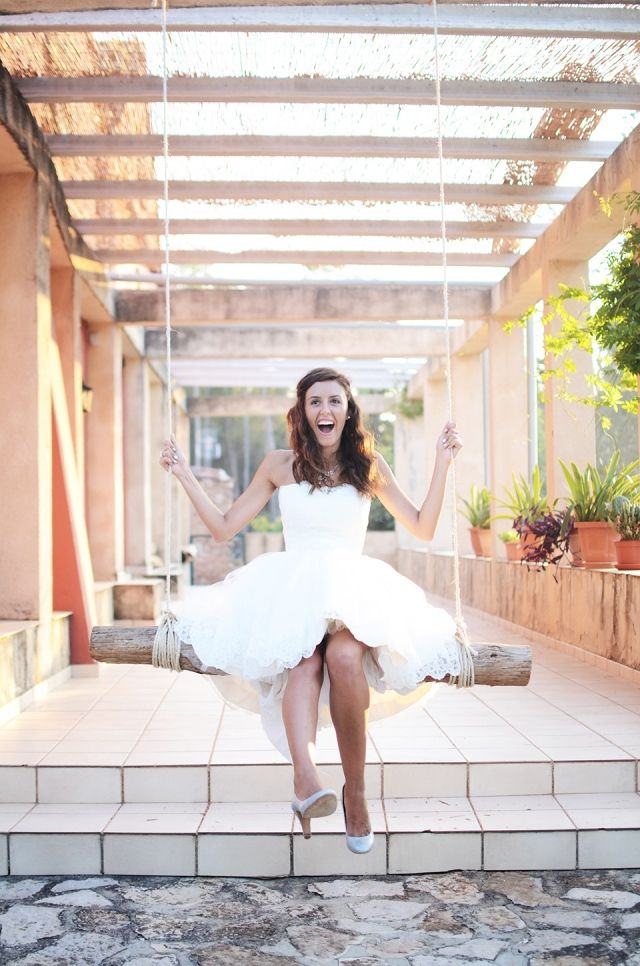 Vrolijke bruid op de schommel
