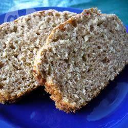 Pan integral de avena rápido Ingredientes Porciones: 12 1 taza de hojuelas de avena1 taza de harina de trigo integral2 cucharaditas de polvo para hornear1/2 cucharadita de sal1 1/2 cucharadas de miel de abeja 1 cucharada de aceite vegetal 1 taza de leche