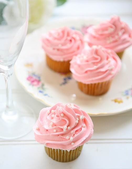 Pink Champagne Cupcakes ... baking with alcohol? Yes please!: Ballerinas Cupcakes, Yummy Food, Pink Champagne Cupcakes, Pink Cupcakes Cakes, Bridal Shower, Thirty Spots, Cups Cakes, Girls Cupcakes, Cupcakes Rosa-Choqu