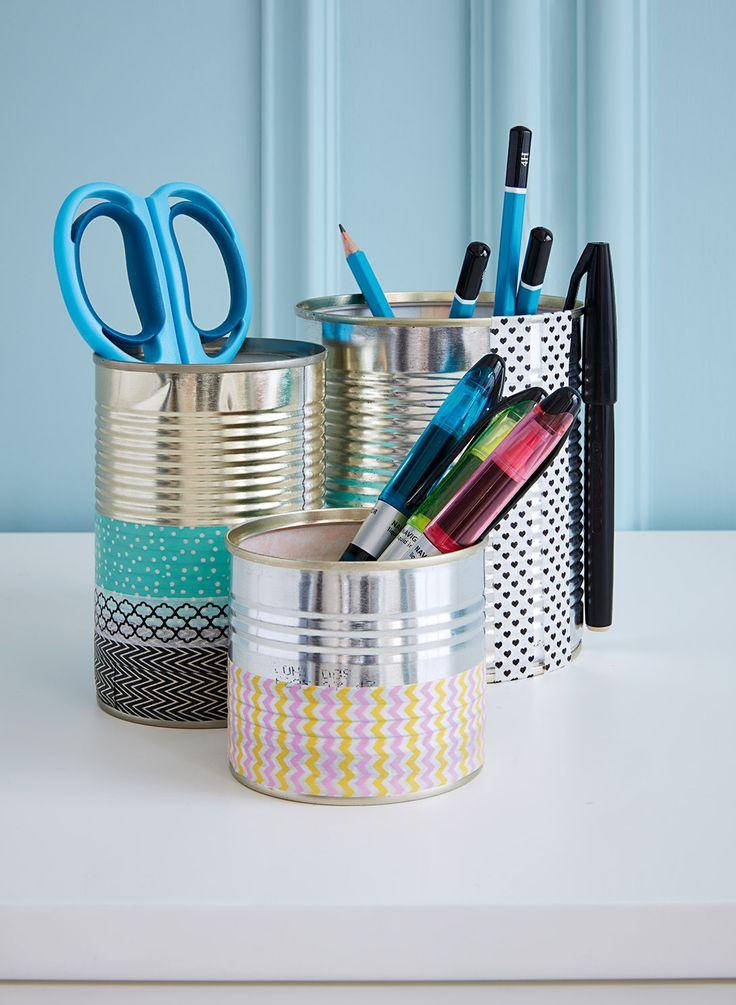Schreibtisch-Hack für mehr Ordnung: Mit alten Dosen kreative Stiftehalter basteln.
