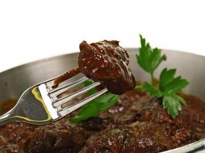 Zvěřinový dančí gulášek podávaný s pečenými škubánky.......... http://www.restaurant-guide.cz/recepty/recept038.html