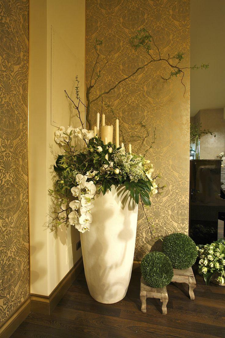 Vaso posto all'ingresso  con phalenopsis lilla' peonie candele e rami di salice contorto.. di bell'impatto pr un accoglienza strepitosa...