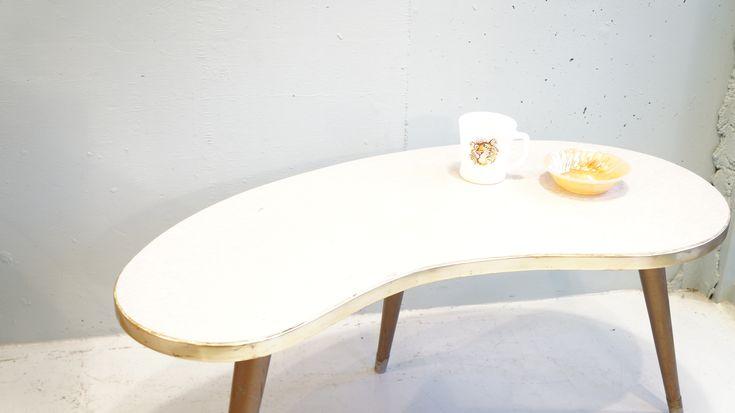 """1950年代、アメリカビンテージ""""ビーンズテーブル""""。または、キドニーテーブル、アメーバテーブルとも言われています。遊び心溢れるデザインが当時のアメリカで大人気だったそうです。天板はメラミン加工がされていますので、お手入れも簡単。小ぶりなサイズなので、一人用のテーブルとして、またはソファやベッド脇に置いてサイドテーブルとしてもお使いいただけます。ミッドセンチュリーなお部屋作りには欠かせないと言っても良いアイテムです。お探しの方はぜひこの機会にいかがでしょうか♪~【東京都杉並区阿佐ヶ谷北アンティークショップ 古一/ZACK高円寺店】 古一/ふるいちでは出張無料買取も行っております。杉並区周辺はもちろん、世田谷区・目黒区・武蔵野市・新宿区等の東京近郊のお見積もりも!ビンテージ家具・インテリア雑貨・ランプ・USED品・ リサイクルなら古一/フルイチへ~"""