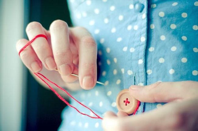 ボタンが取れてしまったり、ちょっとほつれてしまったり、そんな時にささっと裁縫で直せる人っていいですよね。手縫いの基本って覚えているようで覚えていないこともありませんか? この機会に、ちょっと基本を思い出してみましょう。