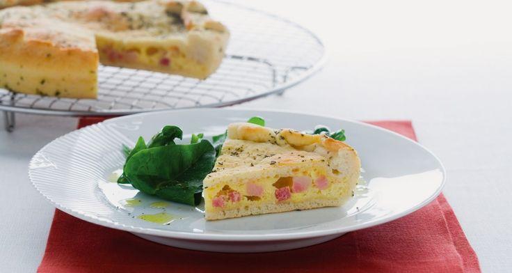 Preriscaldate il forno a 220°. Nel frattempo, tritate finemente le foglie di salvia e incorporatele alla pasta di pane. In un tegame scaldate un cucchiaio d'olio, fatevi dorare la dadolata di pancetta. In una ciotola amalgamate il pecorino grattugiato con l'uovo e aggiungetevi la pancetta sgocciolata dal suo grasso di cottura, il pepe.