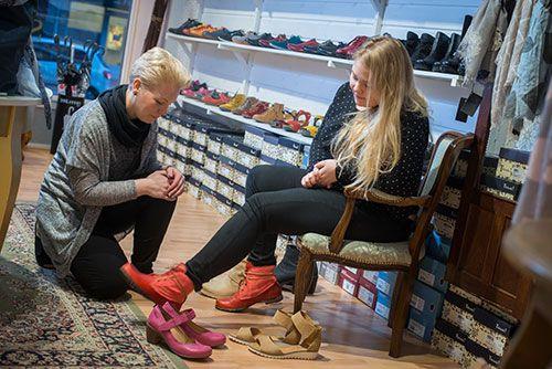 Jalkineliike Stellassa pyrimme löytämään juuri Sinulle sopivat kengät.