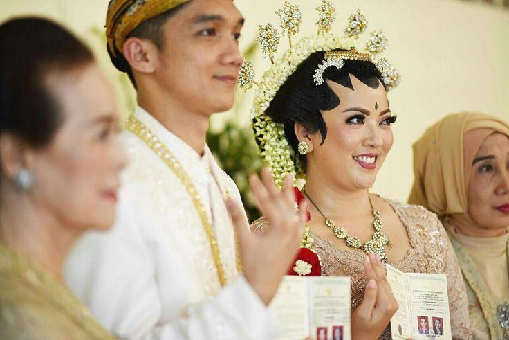 Sah... dengan buku nikah & cincin yang tersematkan. Alhamdulilah, kami suami istri yang sah menurut agama dan legal di mata hukum.