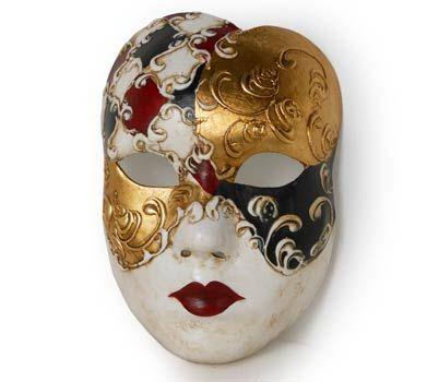 Maschera realizzata interamente a mano in cartapesta. Finemente decorata con stucco e colori acrili.