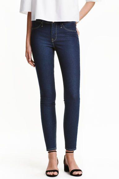 Skinny Regular Ankle Jeans: Knöcheljeans aus stretchigem, gewaschenem Denim. Modell mit Ziertaschen vorn und echten Taschen hinten. Extra schmales Bein und normale Bundhöhe.