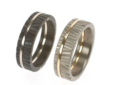 Prachtige handgemaakte gouden ringen met een structuur als boomschors. Uivoering zoals op de afbeelding in zwart zirkonium met witgoud of in grijs titanium met geelgoud.