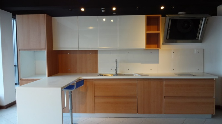White kitchen cabinet with wood veneer design kenya for Kitchen cabinets kenya