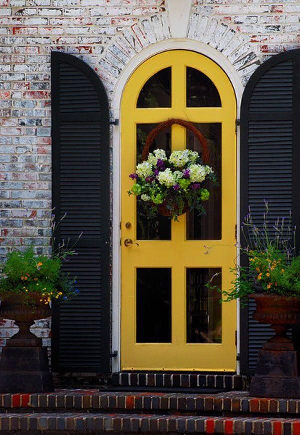 Super vind ik dit. Gele deur met donkere luiken.