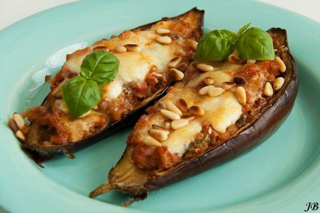 Een super diner recept van Caroline: aubergines uit de oven met tomaten, basilicum en pijnboompitten. Verwarm je oven voor op 180 graden. Snijd de aubergines overlangs doormidden en schep met een kleine lepel het vruchtvlees uit de schil, laat rondom een 1/2 centimeter dikke laag vruchtvlees zitten. Hak het vruchtvlees fijn, doe het in een zeef …
