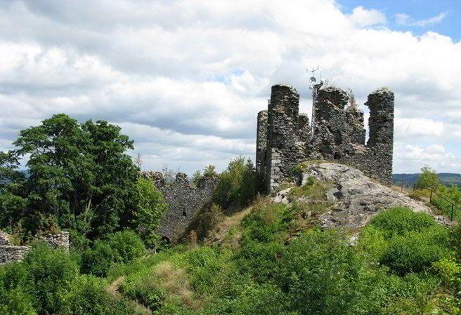 Kudy z nudy - Zřícenina hradu Andělská Hora - karlovarské poutní místo