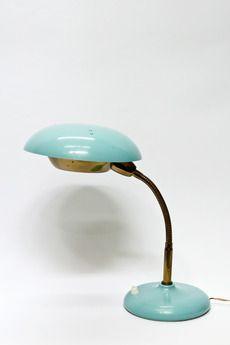 Bijzondere oude bureaulamp uit de jaren 50. De kap en de voet zijn turkooise (blauw-groenig) van kleur. De arm van de lamp is flexibel; tevens kan de kap draaien. Vooral de koperen ring (diffuser) binnen in de kap is een fraai detail.