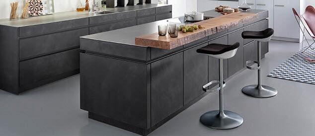 mat zwarte keuken, houten bar