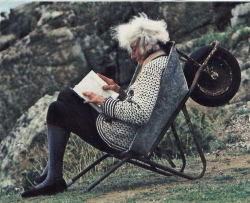 Parfois un bon livre suffit pour s'évader. Alors que ce soit sur une brouette dans les landes ou sur un fauteuil dans votre salon, il n'y a pas forcément besoin de malle pour voyager !