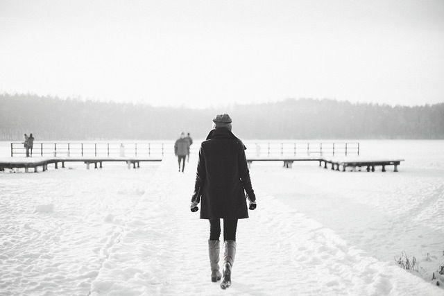 Es war einmal eine Frau. Die hatte ihren Job gekündigt, ihre Beziehung gekündigt, ihren Glauben gekündigt. Denn nichts lief auch nur annähernd so, wie sie es sich wünschte. Jahrelang hatte sie dafür gekämpft, mehr geliebt zu werden, mehr Freunde, mehr Geld und wenigstens ein bisschen mehr Glück zu haben. Doch es passierte: nichts. Garnichts. Frustration