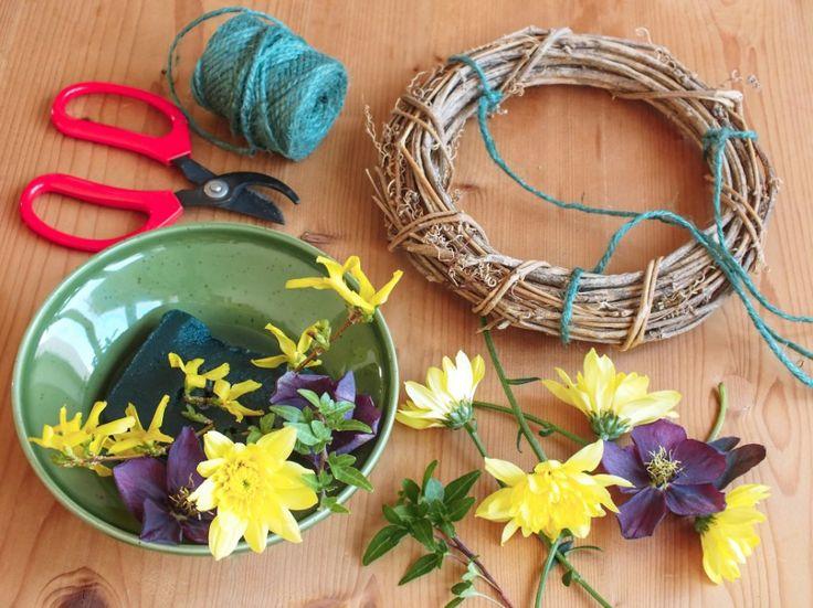 Pomocí korpusu z vinné révy získáte pevnou oporu pro zachycení misky s vodou. Do té umístěte aranžovací hmotu a zapíchejte květiny, třeba zářivé chryzantémy, břečťan, proutky se zelenými listy, zlatici a čemeřici ze zahrádky.