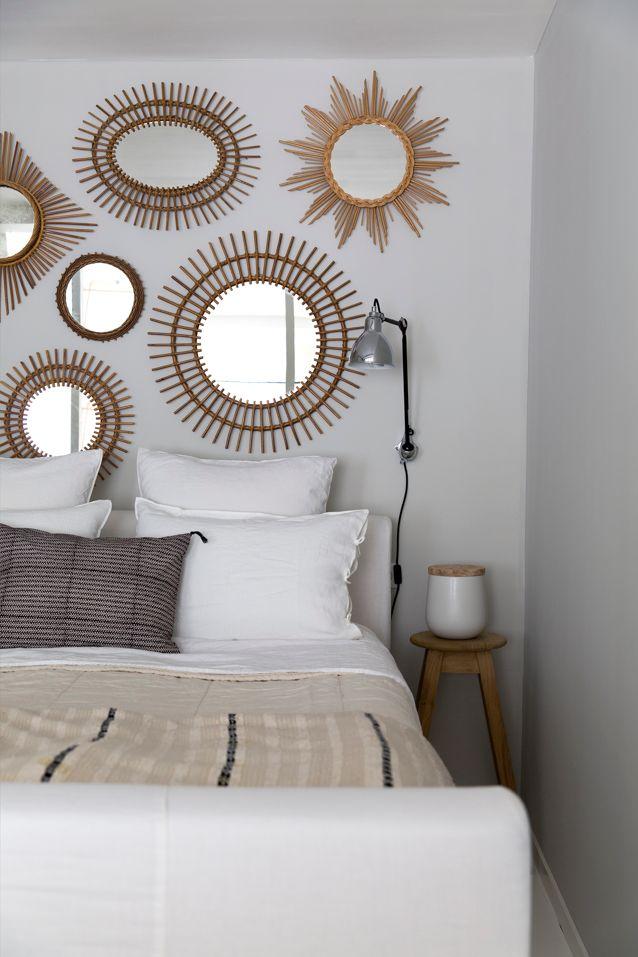 Une petite collection de miroirs sur un seul mur de la chambre à coucher